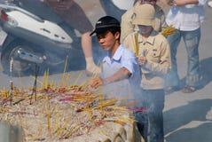 Les gens prient au temple bouddhiste pendant la célébration chinoise de nouvelle année en Ho Chi Minh, Vietnam Image libre de droits