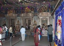 Les gens prient dans le temple hindou Photos stock