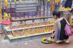 Les gens prient le respect le tombeau de la statue au visage quatre de Brahma Images libres de droits