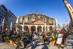 Les gens promenade au-dessus de la place Hauptwache de Francfort Images stock