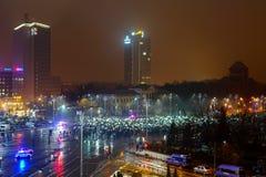 Les gens protestant avec des lumières, Bucarest, Roumanie Image stock
