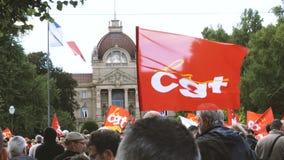 Les gens protestant sur les rues françaises pendant la grève de CGT banque de vidéos