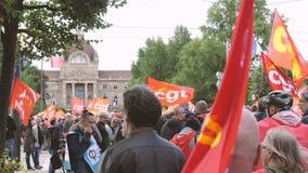 Les gens protestant sur les rues françaises pendant la grève de CGT clips vidéos