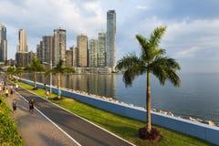 Les gens pulsant dans un trottoir près du secteur de Panamá City Finantial, au Panama Images libres de droits