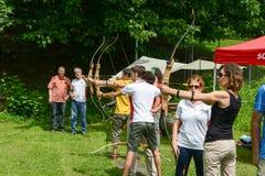 Les gens qui apprennent au tir à l'arc chez Massagno sur la Suisse Images stock