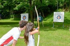 Les gens qui apprennent au tir à l'arc chez Massagno sur la Suisse Photo stock