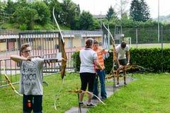 Les gens qui apprennent au tir à l'arc chez Massagno sur la Suisse Photo libre de droits