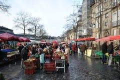 Les gens qui marchent sur un vieux marché Images libres de droits