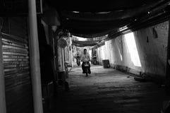 Les gens qui montent pour travailler dans le secteur historique de Shaoxing Image stock