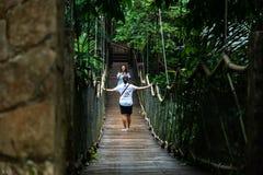 Les gens qui prennent des photos dans le pont accrochant à la chapelle de Caleruega, Batangas, Philippines Photos stock
