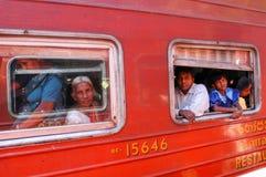 Les gens qui regardent hors des fenêtres du train Image libre de droits
