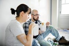 Les gens rénovant la coupure de nourriture de concept de maison images libres de droits