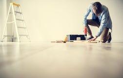 Les gens rénovant le concept diy de maison photo stock