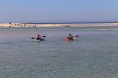 Les gens ramant en entrée de lacs, Australie Photo libre de droits