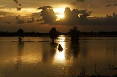 Les gens ramant sur le chemin lumineux de la rivière Image stock