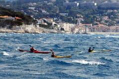 Les gens rament des kayaks en mer Image libre de droits