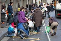 Les gens rassemblant des caramels de l'asphalte Images libres de droits
