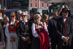 Les gens rayant la rue où le défilé du ` s d'enfants a lieu le jour national du ` s de la Norvège, 17ème de mai Image libre de droits