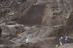 Les gens recherchant les pierres précieuses dans une mine au Brésil Images libres de droits