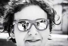 Les gens reflètent dans des lunettes de soleil de jeune adolescent photo stock