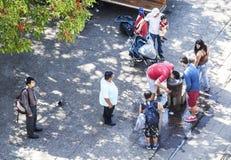 Les gens refroidissant pendant le jour chaud Image libre de droits