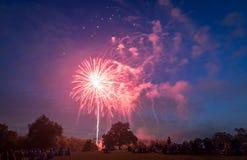 Les gens regardant des feux d'artifice en l'honneur du Jour de la Déclaration d'Indépendance Images stock