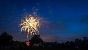 Les gens regardant des feux d'artifice en l'honneur du Jour de la Déclaration d'Indépendance Photo stock