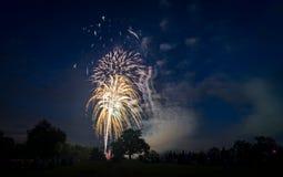 Les gens regardant des feux d'artifice en l'honneur du Jour de la Déclaration d'Indépendance Image libre de droits