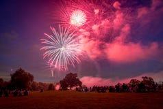 Les gens regardant des feux d'artifice en l'honneur du Jour de la Déclaration d'Indépendance Images libres de droits