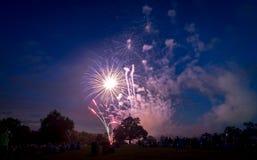 Les gens regardant des feux d'artifice en l'honneur du Jour de la Déclaration d'Indépendance Photos stock