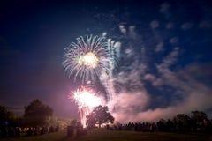Les gens regardant des feux d'artifice en l'honneur du Jour de la Déclaration d'Indépendance Photographie stock
