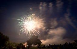 Les gens regardant des feux d'artifice en l'honneur du Jour de la Déclaration d'Indépendance Photo libre de droits