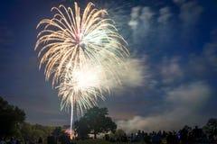 Les gens regardant des feux d'artifice en l'honneur du Jour de la Déclaration d'Indépendance Photos libres de droits