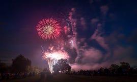 Les gens regardant des feux d'artifice en l'honneur du Jour de la Déclaration d'Indépendance Image stock