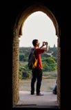 Les gens regardant des temples dans Bagan, Myanmar Photos stock