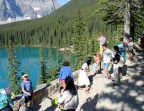 Les gens regardant le beau paysage Photographie stock