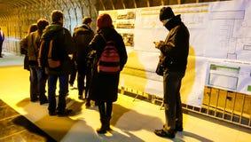 Les gens regardant le souterrain prévoient de la 5ème ligne de Bucarest Images libres de droits