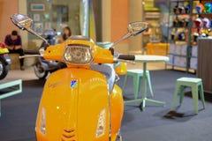Les gens regardant pour acheter le vélo dans la grande exposition de vélo au centre commercial du terminal 21 Photo stock