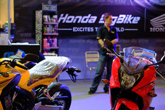 Les gens regardant pour acheter le vélo dans la grande exposition de vélo au centre commercial du terminal 21 Image libre de droits