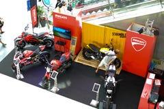 Les gens regardant pour acheter le vélo dans la grande exposition de vélo au centre commercial du terminal 21 Image stock