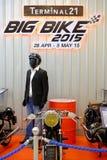 Les gens regardant pour acheter le vélo dans la grande exposition de vélo au centre commercial du terminal 21 Photos stock