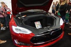 Les gens regardent le modèle S de Tesla sur l'affichage sur l'affichage le MOIS Image stock