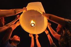 Les gens relâchent la lanterne Photographie stock libre de droits