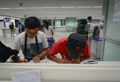 Les gens remplissent papier de forme à l'aéroport dans Kolkata, Inde Image libre de droits