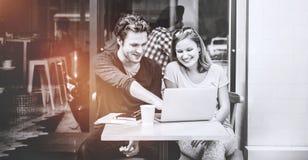 Les gens rencontrant le concept d'unité d'amis de technologie d'ordinateur portable Photos stock