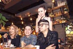 Les gens rencontrant le concept de café d'unité d'amitié Photo libre de droits