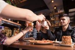 Les gens rencontrant le concept de café d'unité d'amitié Photo stock