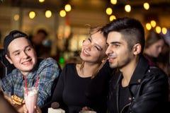 Les gens rencontrant le concept de café d'unité d'amitié Photographie stock