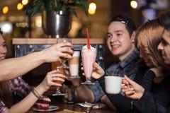 Les gens rencontrant le concept de café d'unité d'amitié Photos libres de droits