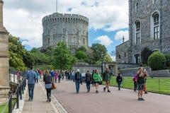 Les gens rendant visite à Windsor Castle, reine d'Angleterre de maison de campagne photo libre de droits